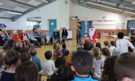 Visite du père Noël à l'école maternelle